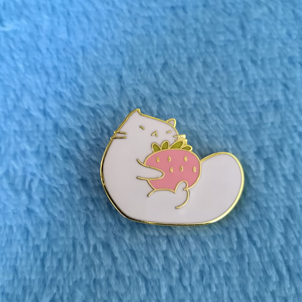 [해외]Cat Kitty Eat Strawberry Pin Metal Fruit Kawaii Brooch/Cat Kitty Eat Strawberry Pin Metal Fruit Kawaii Brooch